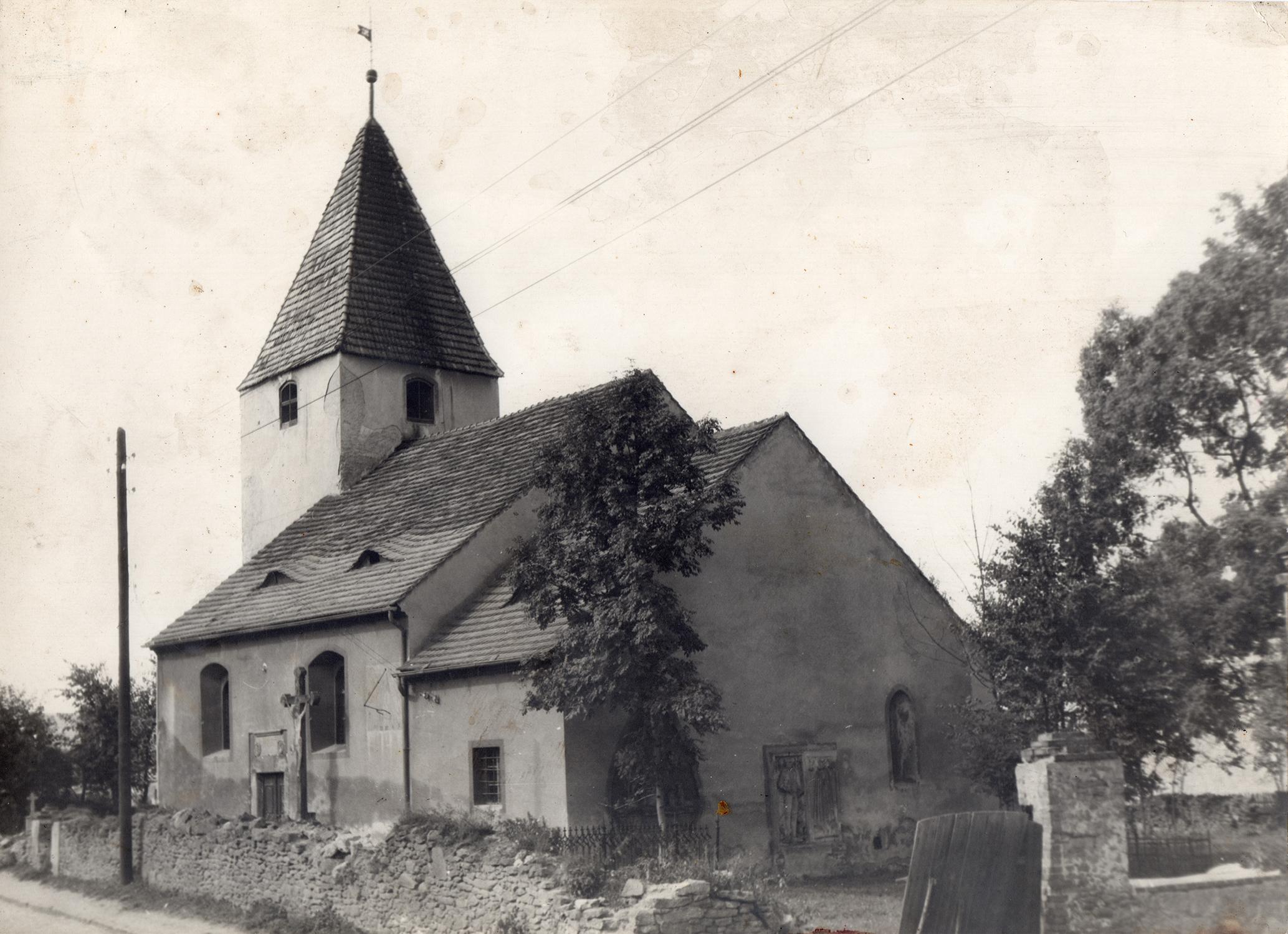 Fotografia zabytkowego Kościoła w Łażanach lata 80-te XX wieku